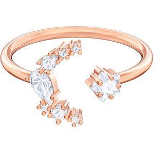 Este anillo abierto con baño de oro rosa está realzado con un diseño de luna y una delicada estrella.