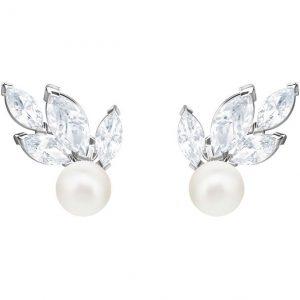 Pendiente Swarovski, Louison, con cristales que simulan hojas y una perla.Con un baño de rodio. 5422683. lubeljoyeria.com
